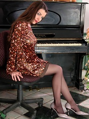 Stunning hottie in black pantyhose prefers foot games to playing the piano