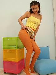 Teen ho takes off her seductive orange pantyhose
